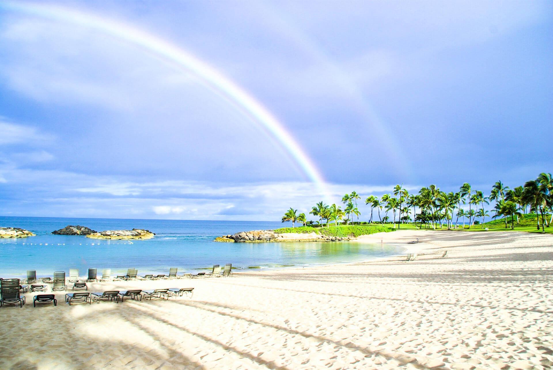 ハワイの海にかかる美しいレインボー