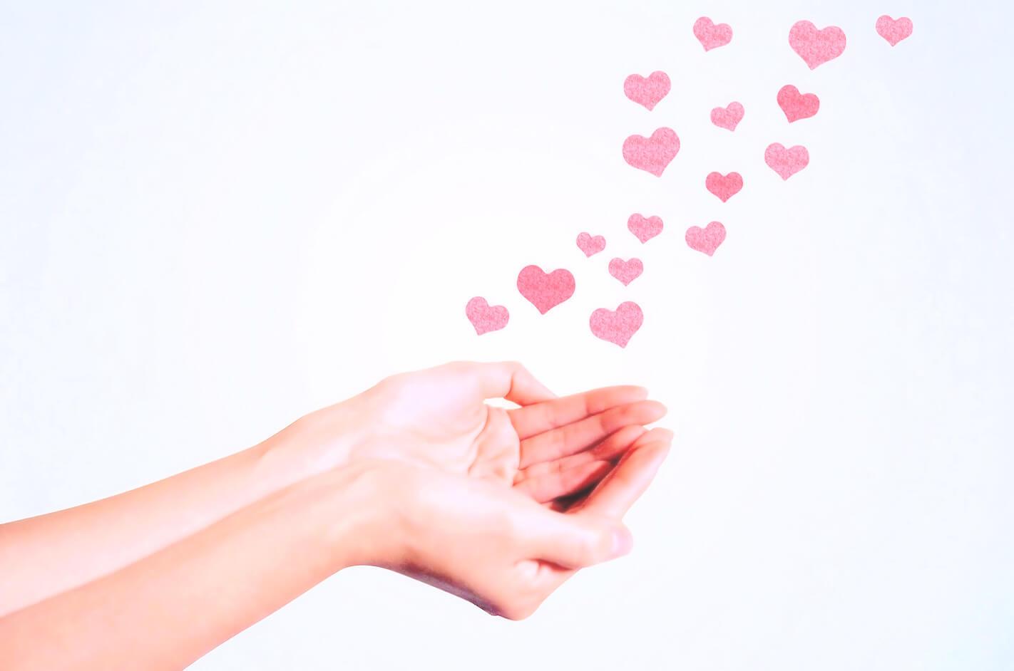 手から癒しのエネルギーを送るイメージ