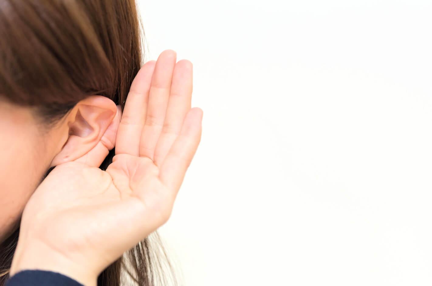 ヒアリングする若い女性の耳のアップ