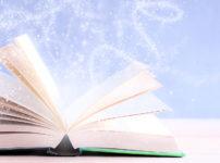 見開いた本から光のエネルギー(引き寄せ)が溢れる様子