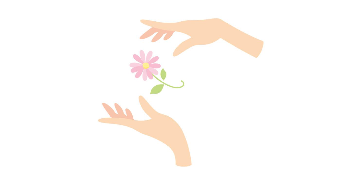 若い女性の手がお花を大事にケアする様子