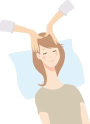 レイキを頭部に受けて癒される若い女性