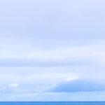 ハワイのビーチに架かる七色に輝く虹