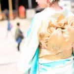 神社に初詣する和服着物美人の後姿