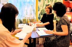 ヒーリングハートレイキアカデミーのレイキ講座で学ぶ受講生と講師