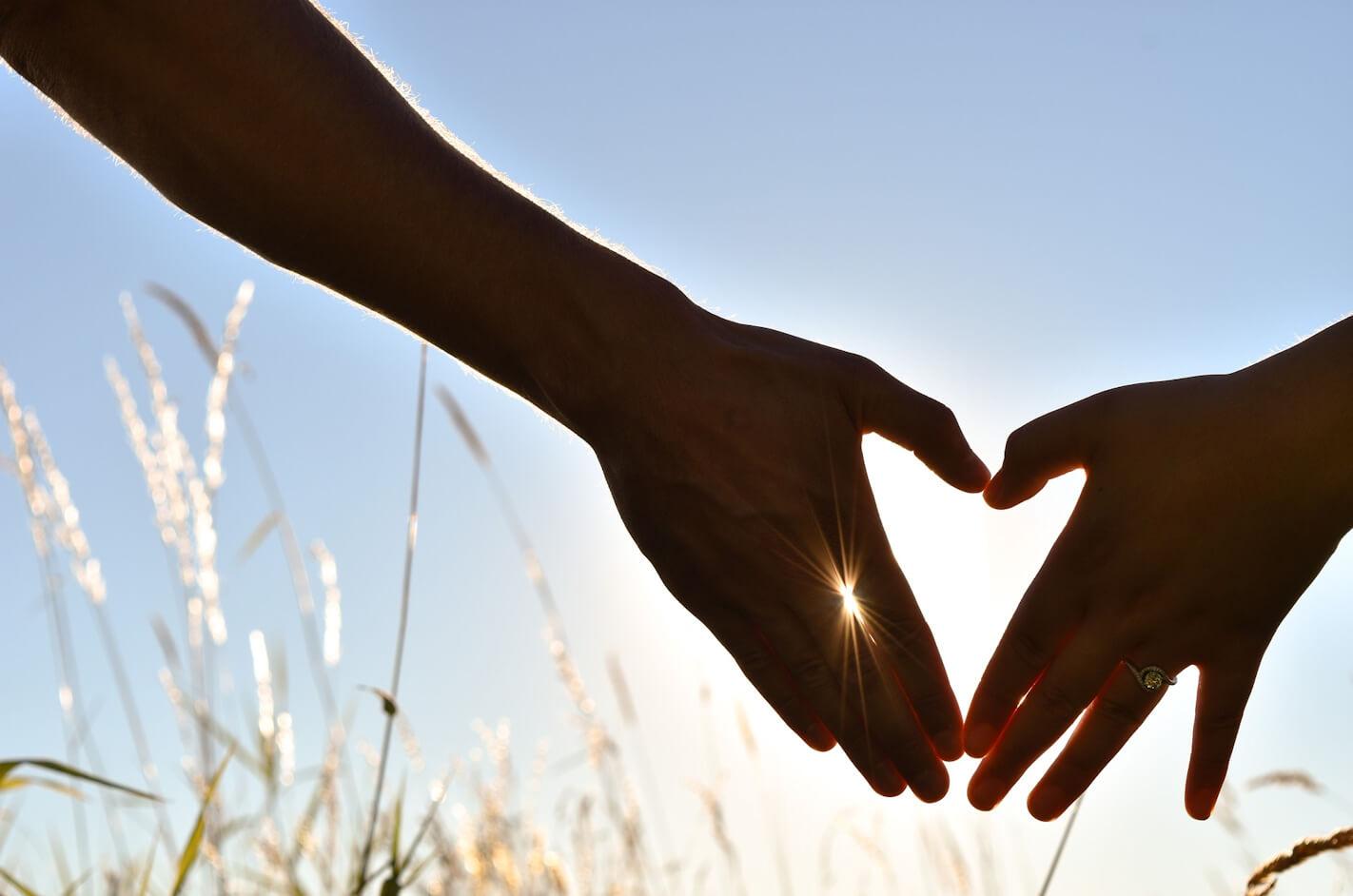 光のエネルギーが手から輝く様子