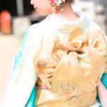 神社に初詣する和服着物美人女子の後姿