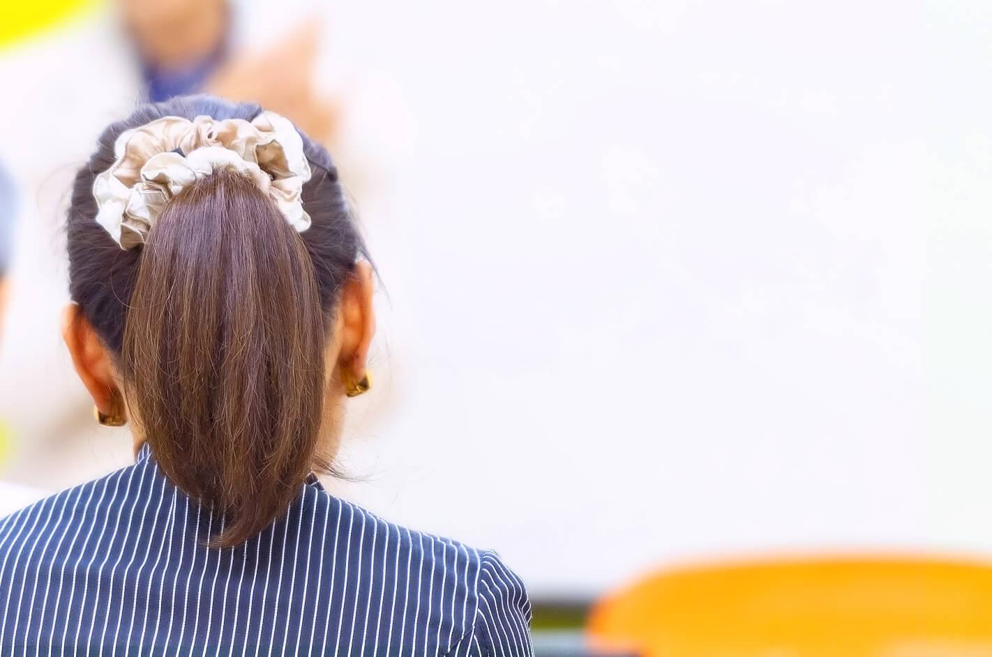 講座に参加している若い女性の後ろ姿