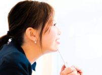 楽しそうに学ぶ女性の横顔