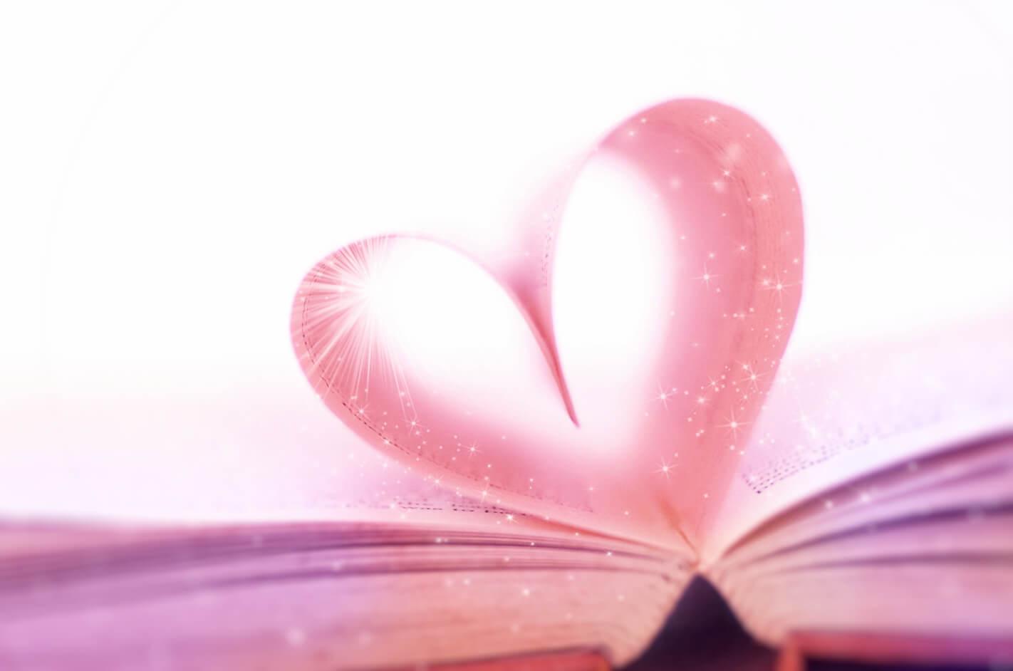エネルギーが光り輝いているピンク色のハート