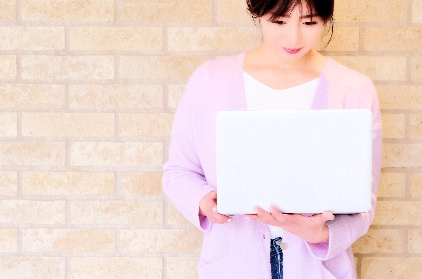 パソコン作業を楽しむ清楚な女性