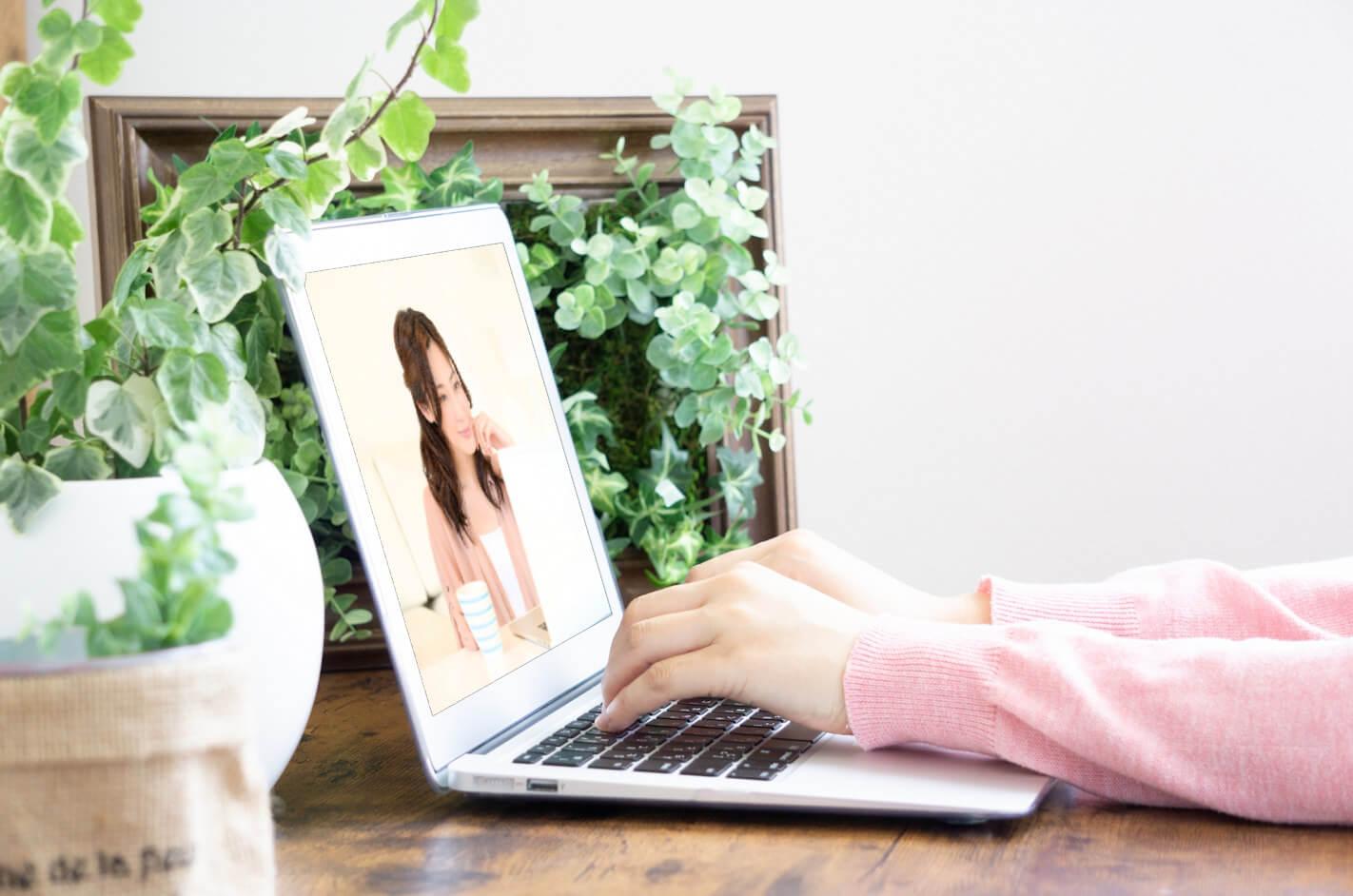 オンラインサロンで楽しむ女性の様子