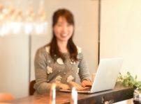 笑顔でパソコンを楽しむ清楚な女性