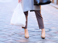 買い物をしている女性