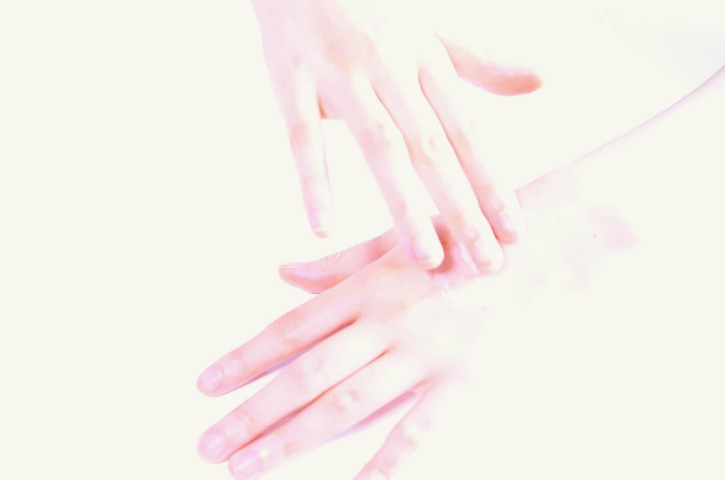 レイキヒーリングをする女性の手