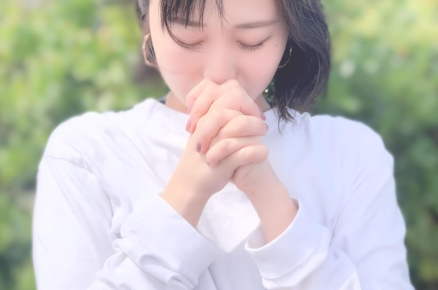 祈りをする若い女性