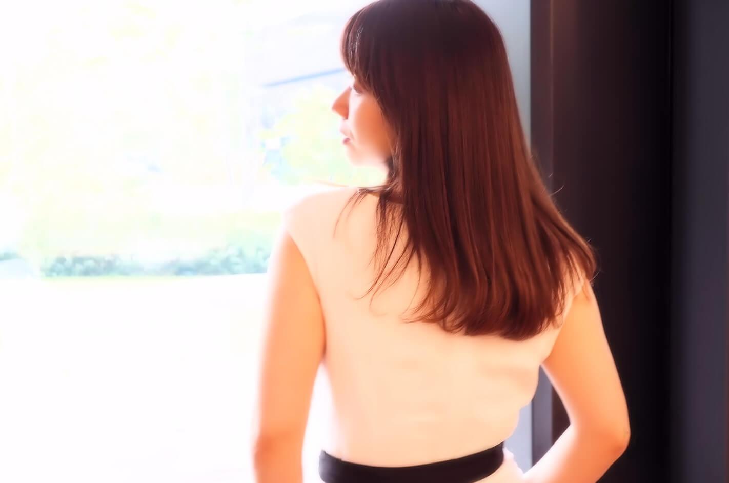 ビジネスカジュアルな美しい女性の後ろ姿