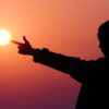 太陽に心を問う女性