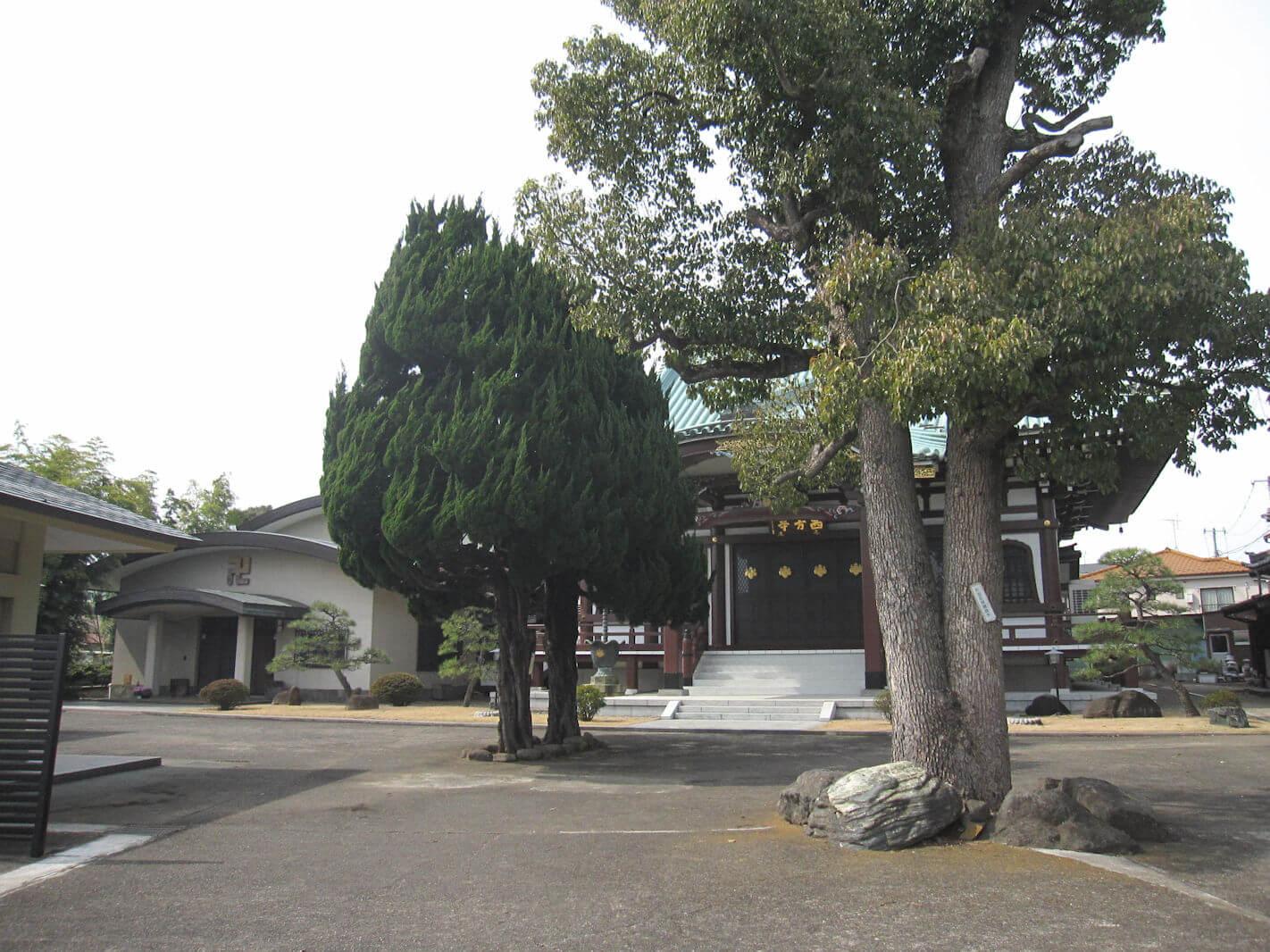 西方寺(参道の前から本殿を眺める)