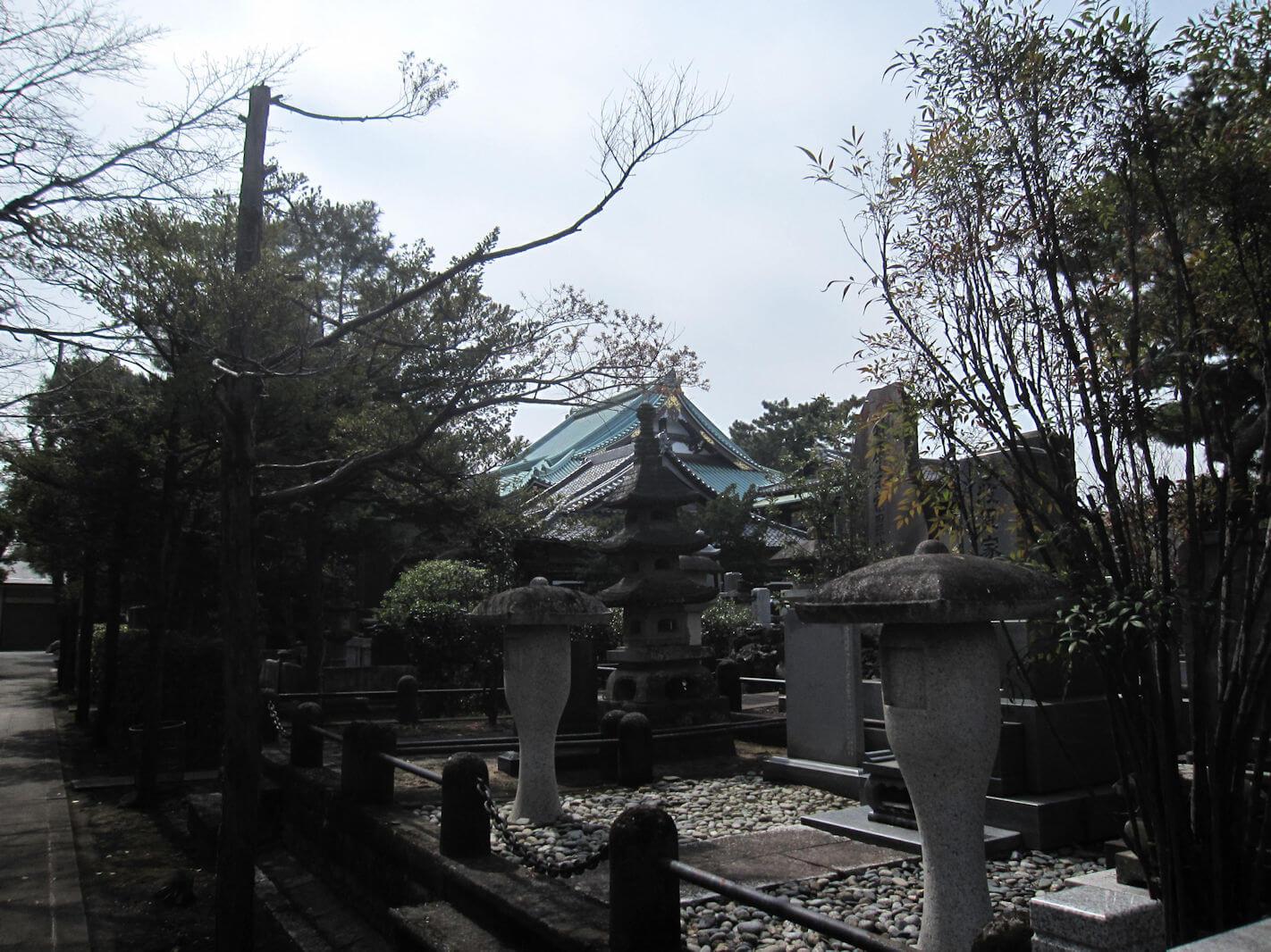 西方寺(参道帰り道から見た本殿)