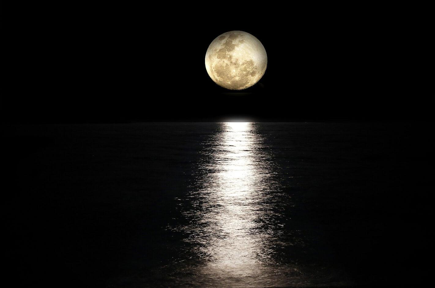 満月が映る静かな海