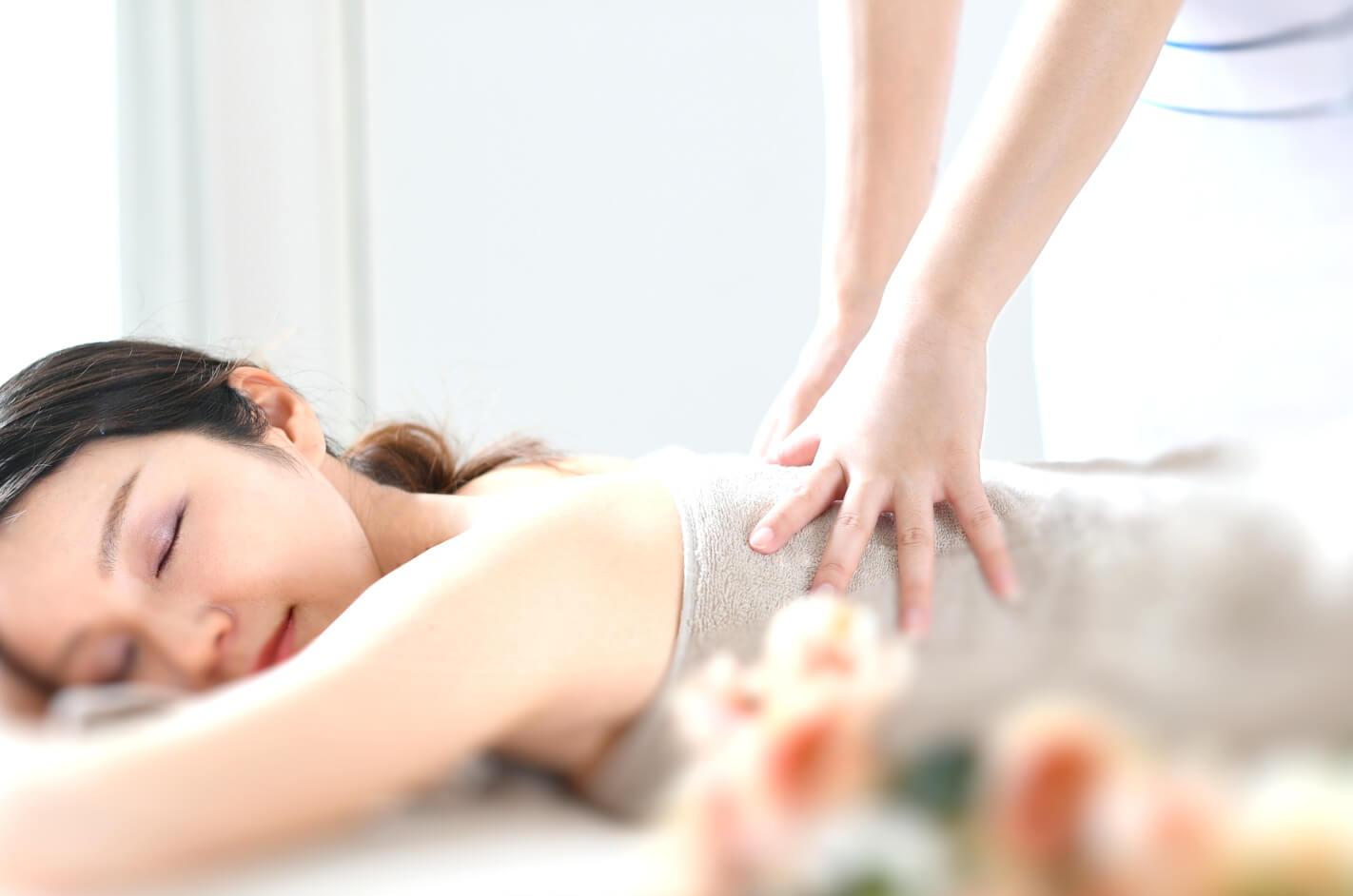 アロマセラピーを受ける女性
