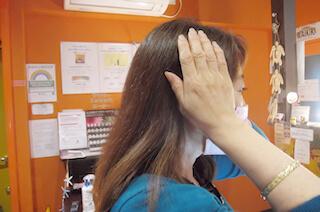耳にかかるように手をおく方法(レイキ)