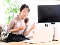 オンラインセミナーを開催する若い女性